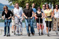 Un groupe d'adultes conduisant leurs trottinettes